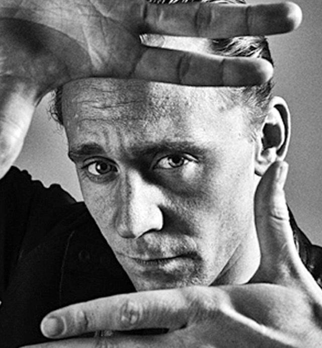 """Nam diễn viên """"Kong: Skull Island"""" Tom Hiddleston có vẻ vẫn còn e dè không muốn phá tan hình ảnh tài tử đẹp trai nên chỉ tạo dáng chừng mực."""
