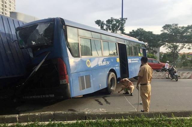 Lực lượng CSGT Công an quận 2, TPHCM khám nghiệm hiện trường, xử lý vụ tai nạn.