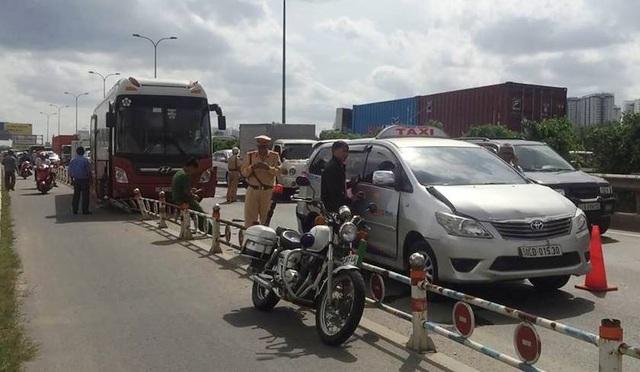 Hiện trường xe khách gây tai nạn liên hoàn trên đường dẫn vào cao tốc HLD.