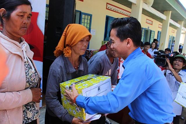 Đại diện Hội LHTN Việt Nam tỉnh Đắk Lắk tặng quà cho Mẹ Việt Nam Anh hùng