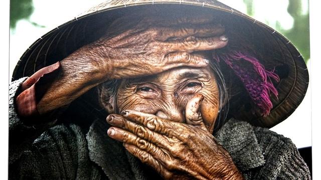"""Nụ cười của bà cụ Bùi Thị Xong trong bức ảnh """"Nụ cười ẩn giấu"""" trưng bày tại phòng ảnh của Réhahn"""
