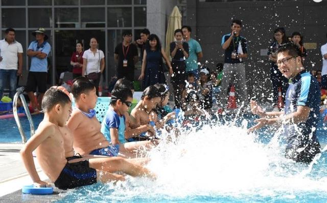 Ở môn bơi có 2 nội dung thi là bơi tự do, bơi ếch dành cho trẻ. Ngoài ra, các bé còn được hướng dẫn kỹ năng bơi lội, phòng chống đuối nước, nâng cao sức khỏe do trường Paul Sadler Swimland (Úc) phụ trách.