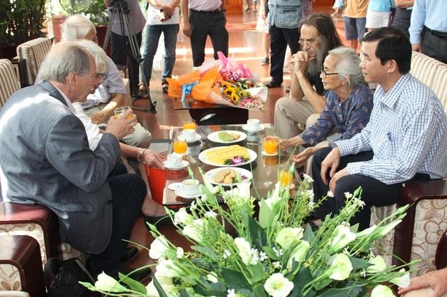Ông Trần Châu - Phó chủ tịch UBND tỉnh Bình Định đón tiếp GS. Gerard 't Hooft, nhà Nobel Vật lý
