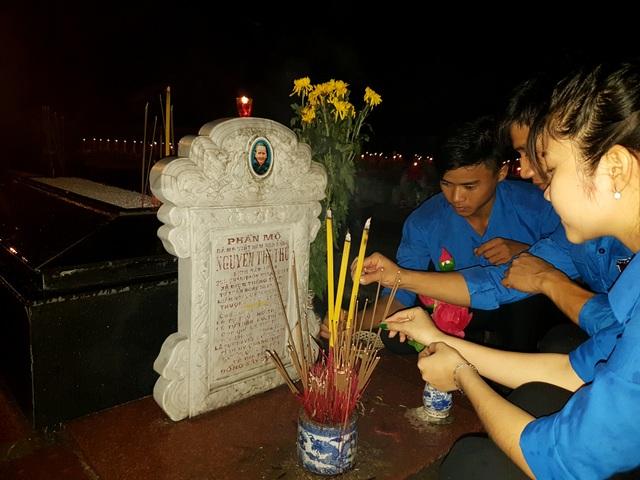 Các bạn trẻ thắp hương mộ mẹ Nguyễn Thị Thứ trong khuôn viên nghĩa trang