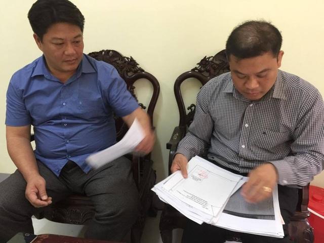 Các cán bộ Văn phòng Đăng ký đất đai tỉnh Vĩnh Phúc cung cấp thông tin, tư liệu cho Dân trí