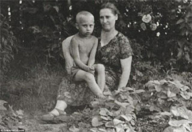 Ông Putin chụp ảnh cùng mẹ, bà Maria Putina năm 1958. Ông là con trai thứ 3 trong gia đình. Hai người anh của ông đã mất trước khi ông chào đời.