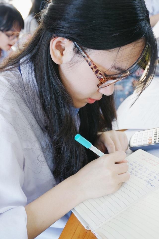 Bùi Thu Trang (SN 1999, học sinh lớp 12 C1, cựu học sinh Trường THPT chuyên Phan Bội Châu) trong một giờ học trên lớp.