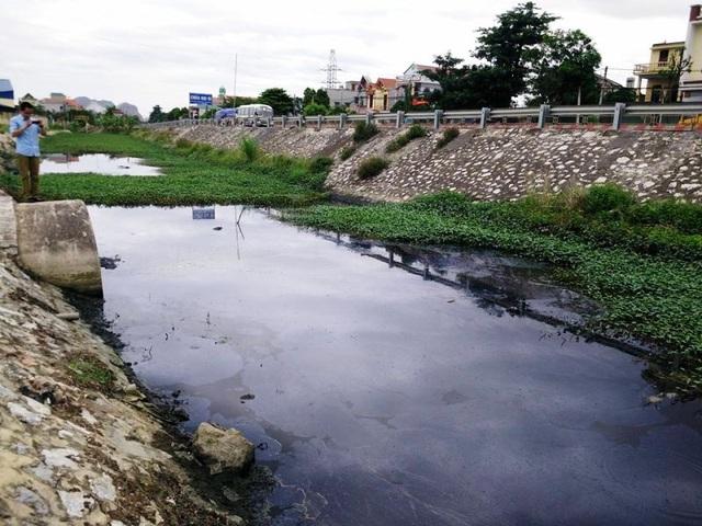 Nước trong KCN Gián Khẩu thải ra kênh nước bên QL 1A có màu đen ngòm, đặc sánh, bốc mùi hôi thối nồng nặc.