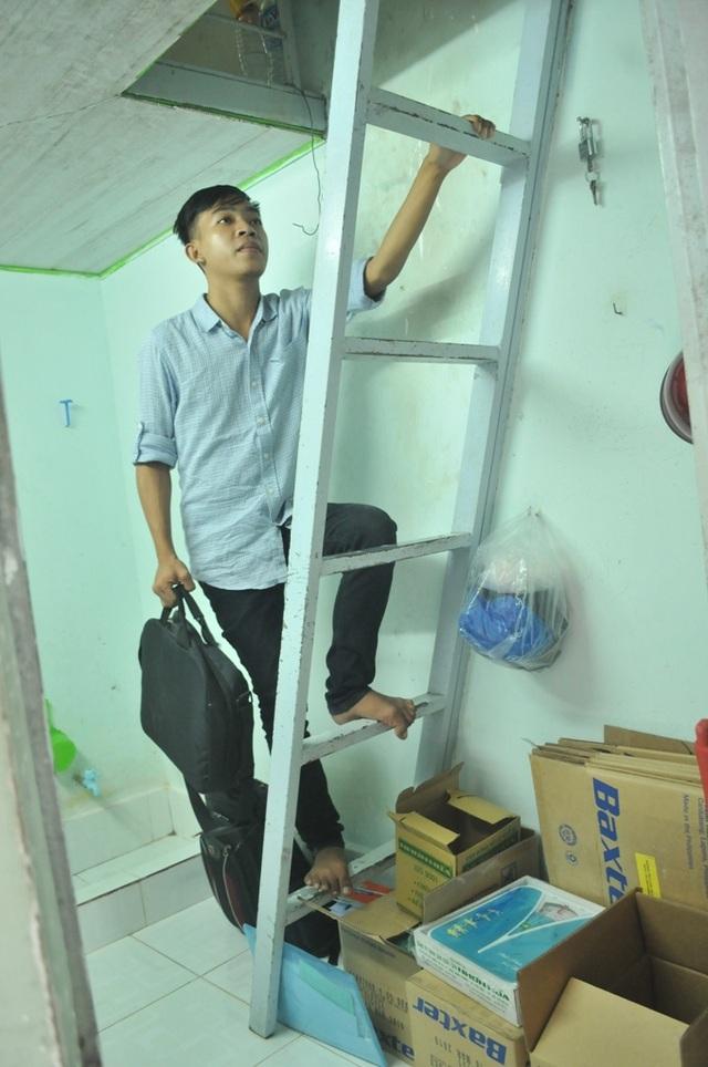 Để tiết kiệm, Na chỉ dám thuê căn phòng nhỏ thó như thế này. Tuy nhiên, mỗi lần muốn nghỉ ngơi, Na phải leo lên cầu thang thế này