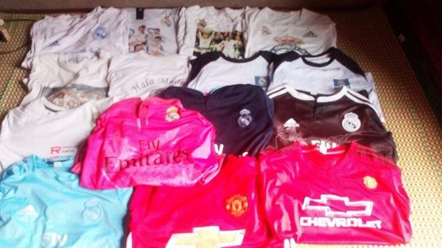Bộ sưu tập quần áo và đồ bóng đá của cô gái Kế toán