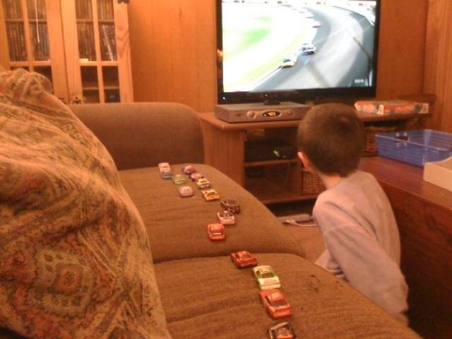 Đây là cách cậu bé theo dõi vị trí của những chiếc xe trong cuộc đua.