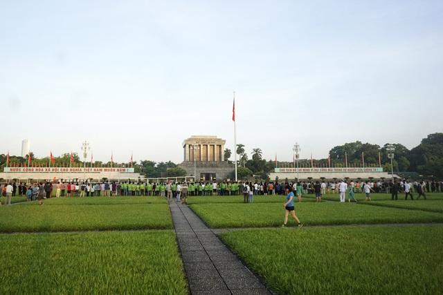Người dân đã có mặt rất đông trên quảng trường để chứng kiến lễ chào cờ trong buổi sáng đặc biệt - ngày Quốc khánh 2/9.