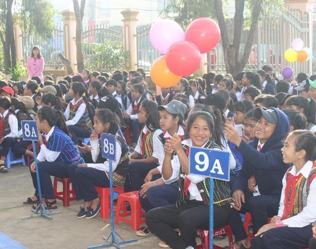 Nụ cười rạng rỡ của các học sinh trường Dân tộc Nội trú Lạc Dương trong lễ khai giảng 2017-2018 (Lâm Đồng).
