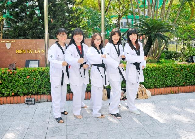 Học viên mặc võ phục Taekwondo