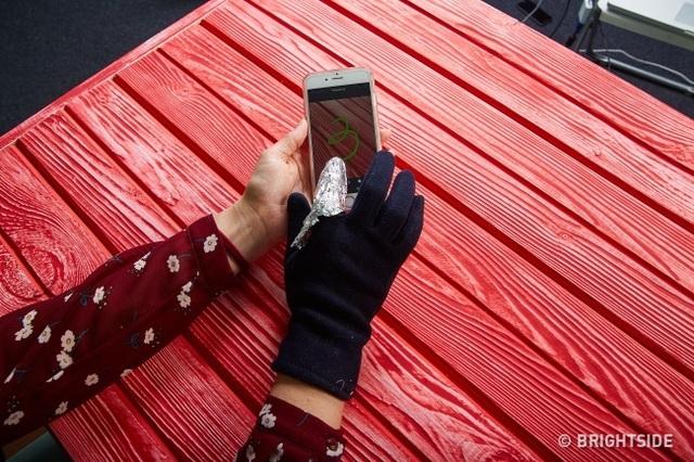 Nếu không được trang bị bút cẩm ứng, bạn có thể sử dụng giấy bạc gói xung quanh ngón tay để thay thế.