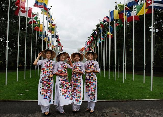 Hoa hậu Ngọc Hân, Á hậu Thanh Tú, Người đẹp nhân ái Thủy Tiên, người mẫu Hải Yến cùng chiếc nón lá trước hàng cờ của 193 nước.