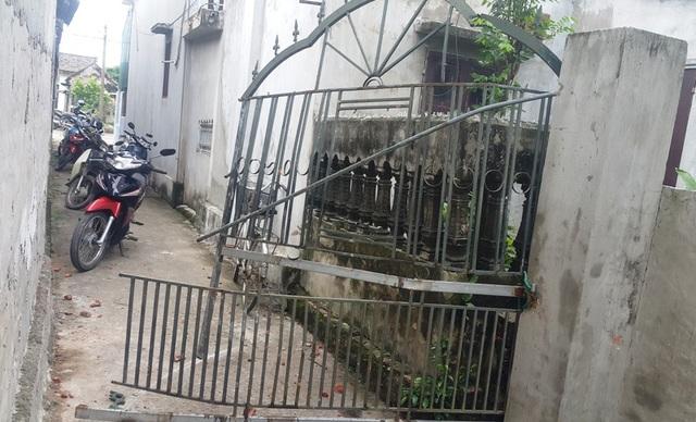 Cánh cổng sắt của gia đình ông Tiếu bị đập phá hư hỏng.