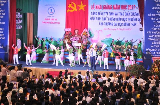 NGƯT.PGS.TS Nguyễn Văn Đệ - Hiệu trưởng trường ĐH Đồng Tháp cùng các sinh viên biểu diễn văn nghệ chào mừng năm học mới