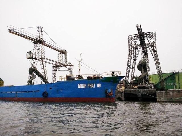 Cảng sông không được cấp phép xây dựng nhưng vẫn ngang nhiên hoạt động nhiều năm qua ngay sát mép sông Đáy đoạn quan thành phố Ninh Bình.