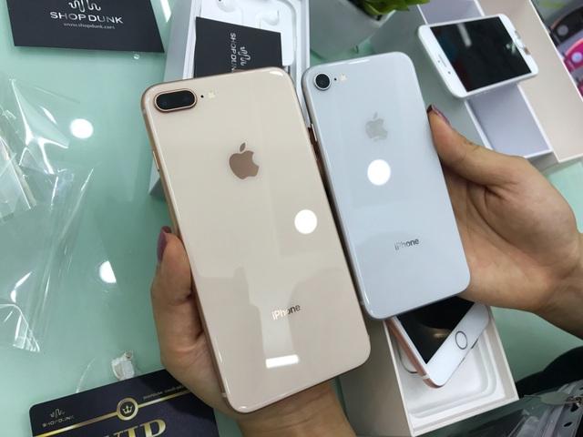 iPhone 8 và 8 Plus đều sở hữu mặt sau bóng bẩy với mặt kính thay vì kim loại như các phiên bản tiền nhiệm.