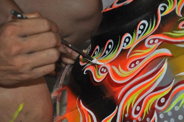 Khâu vẽ, sơn màu… cần được làm tỉ mỉ, nét vẽ có hồn để toát lên được cái thần thái của lân theo mong muốn
