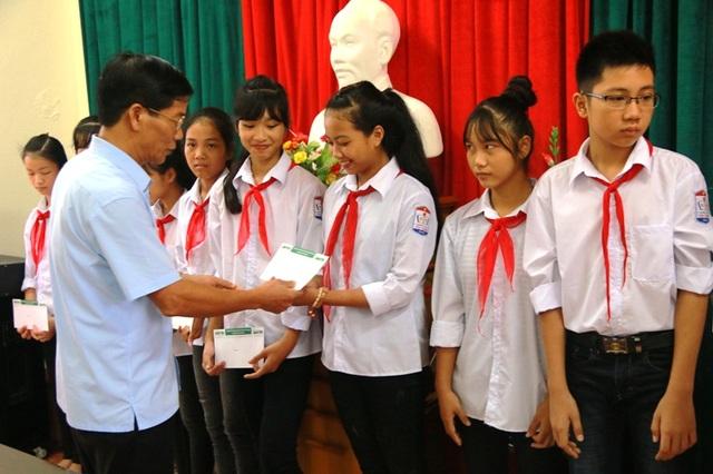 Phó Bí thư Thường trực huyện Yên Mô trao học bổng cho các em học sinh.