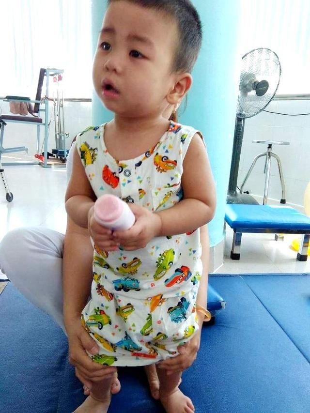 Xót thương cháu bé 2 tuổi bị tổn thương não và mất thính lực nặng - 3