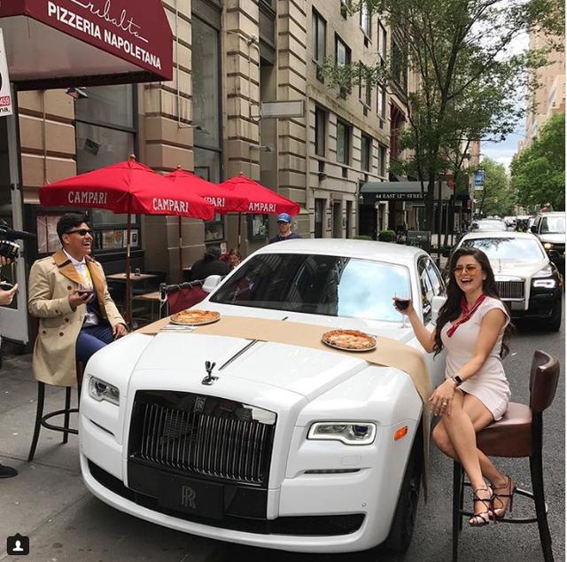 Dùng bữa trên xe Rolls –Royce sang trọng.