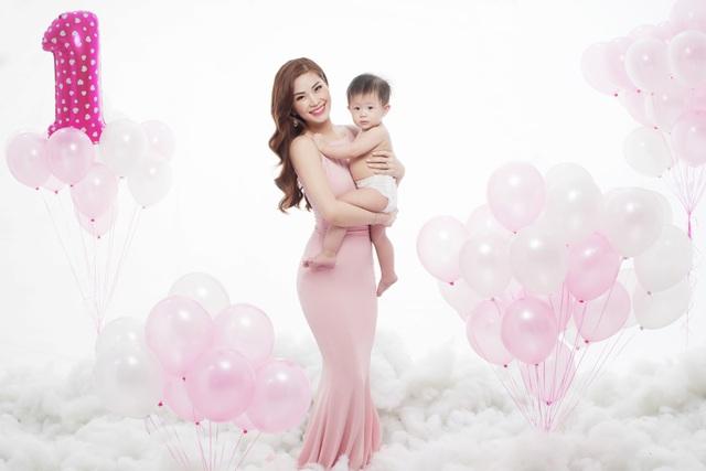 Sau cuộc thi Hoa hậu Việt Nam 2014, người đẹp sinh năm 1991 không phải gặp áp lực về kinh tế, cô lui về hậu trường để chăm sóc tổ ấm và sinh con gái. Giờ đây khi con cứng cáp hơn, Diễm Trang được chồng ủng hộ quay lại làng giải trí và theo đuổi đam mê của mình.