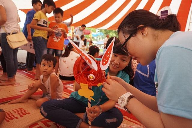 Một khu vực dành riêng để phụ huynh cùng trẻ nhỏ tự tay làm các món đồ chơi truyền thống như đền ông sao, đèn con thỏ, nặn tò he...