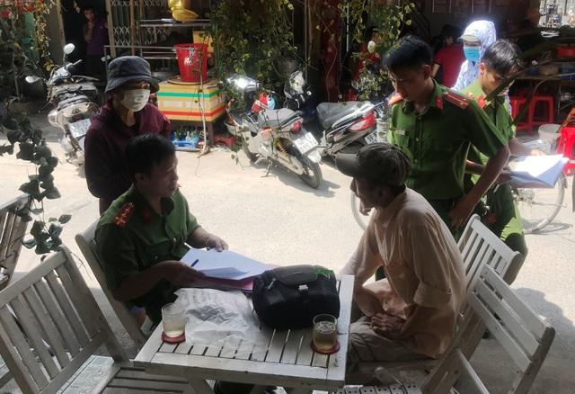 Anh Tâm (người đi cùng với nạn nhân Long) đang tường trình vụ việc cho CQĐT Công an quận Gò Vấp.
