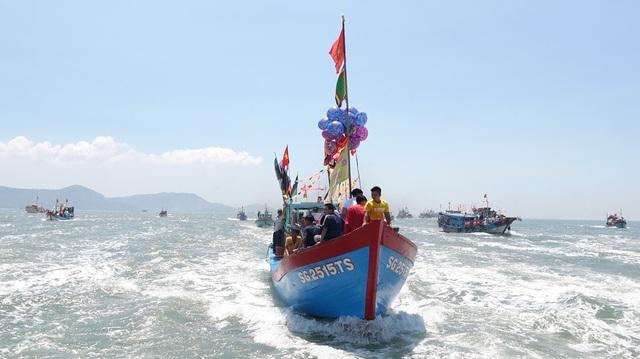 Đoàn thuyền ngư dân bám sát phía sau tàu lễ tiến về vị trí Nghinh