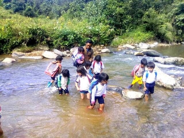 Việc cắt chế độ chính sách khiến các em học sinh ở Tây Giang khó khăn nay càng khó khăn hơn
