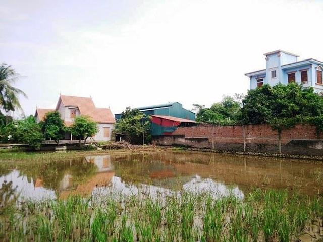 Người dân thôn Yên Ninh nhiều năm qua đề nghị di dời xưởng chế biến nhựa này khỏi khu dân cư nhưng đến nay vẫn chưa có được kết quả như mong muốn, đành phải sống chung với lũ.