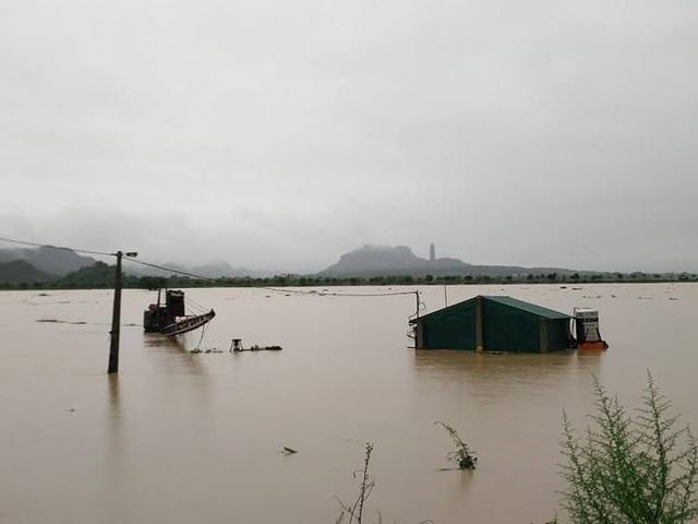 Nước sông Hoàng Long dâng cao gây ngập lụt khắp nơi.