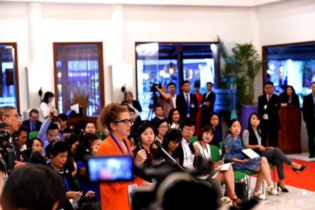 PV hãng tin Bloomberg đặt câu hỏi tại buổi họp báo