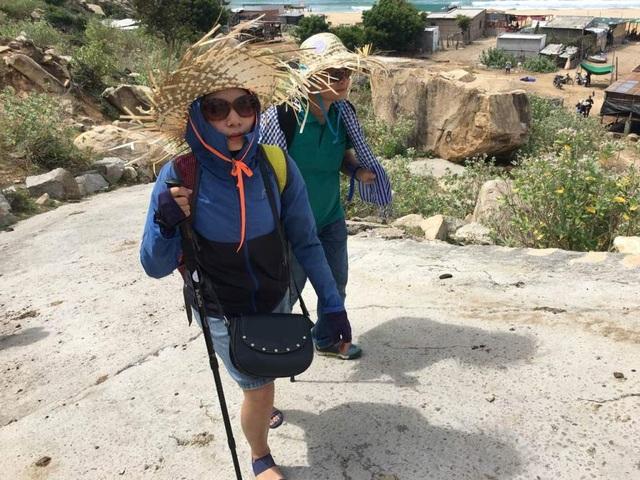 Chinh phục đoạn dốc, du khách bỏ lại phía sau làng chài bãi Tràng