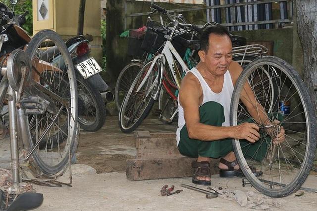 Nhiều lúc đang ăn cơm nhưng ông Thực bỏ dỡ bữa ăn để sửa xe cho các em học sinh.