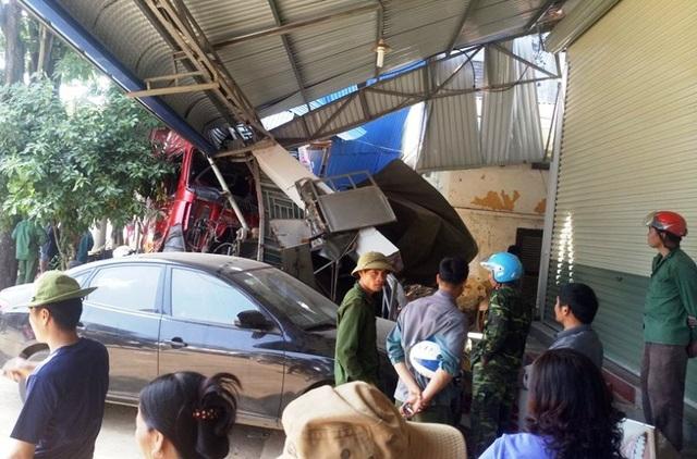 Xe đầu kéo tông liên hoàn 3 ô tô, đâm sập 2 nhà dân - 10