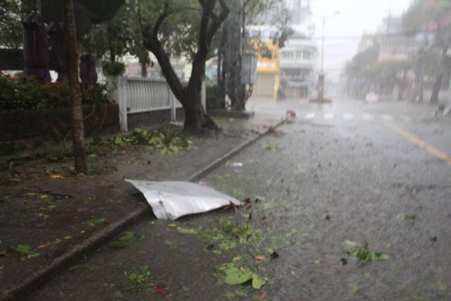 Đường phố ngổn ngang, nhà mất mái khi bão số 12 đổ bộ - 4
