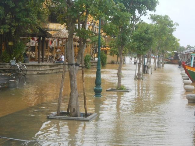Một số đoạn đường Bạch Đằng (Hội An) bị ngập lụt