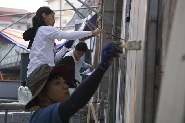 Các bức tranh được nhóm nghệ sĩ Hàn Quốc vẽ trên một bề mặt vật liệu áp sát vòm cầu, không làm ảnh hưởng đến kết cấu công trình trên phố Phùng Hưng.