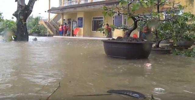 Sân ủy ban xã Thủy Thanh đã ngập nước gần tràn vào sảnh làm việc chính