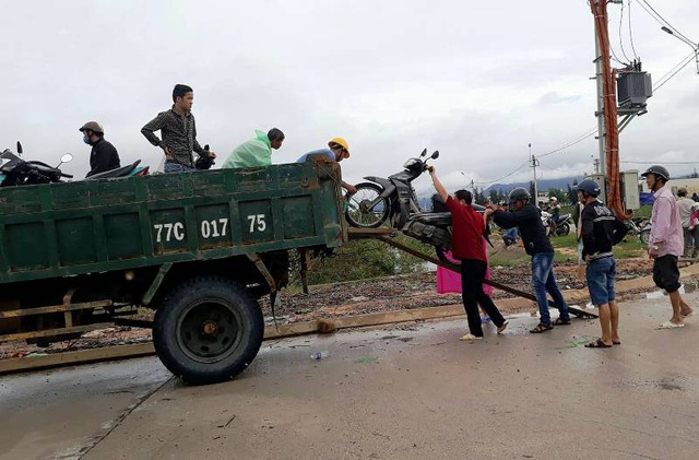 Lúc hơn 16 giờ chiều 5/11, tuyến đường ĐT 640 từ thị trấn Tuy Phước đi các xã khu Đông huyện Tuy Phước người dân phải di chuyển bằng xe tải Chiến Thắng qua các tràn nước sâu hơn 0,5 mét
