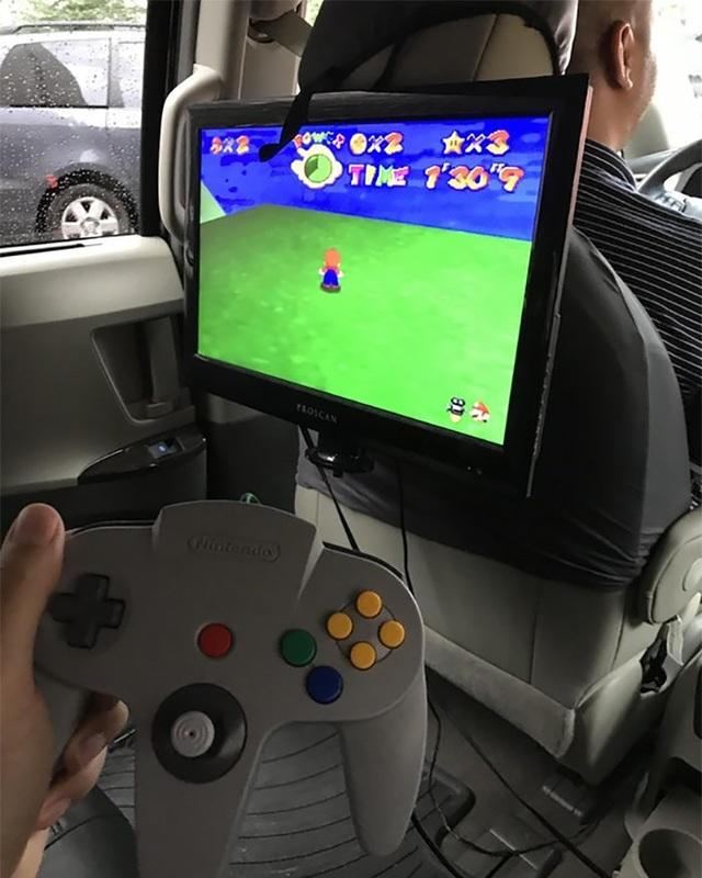 Hành khách thậm chí có thể chơi điện tử 4 nút trên xe.