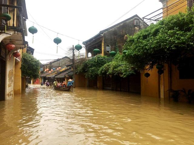 Hình ảnh nước ngập lút nhà dân ở phố cổ Hội An - 3