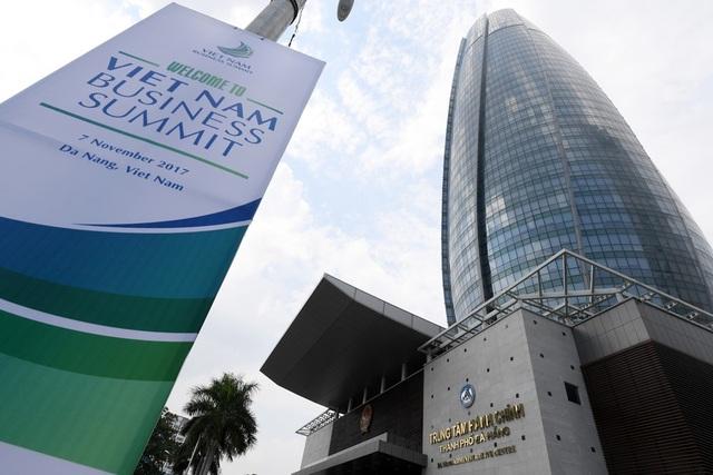 Áp phíc treo trước Trung tâm hành chính Đà Nẵng. Đây cũng là nơi diễn ra một số sự kiện trong khuôn khổ Tuần lễ Cấp cao APEC 2017.
