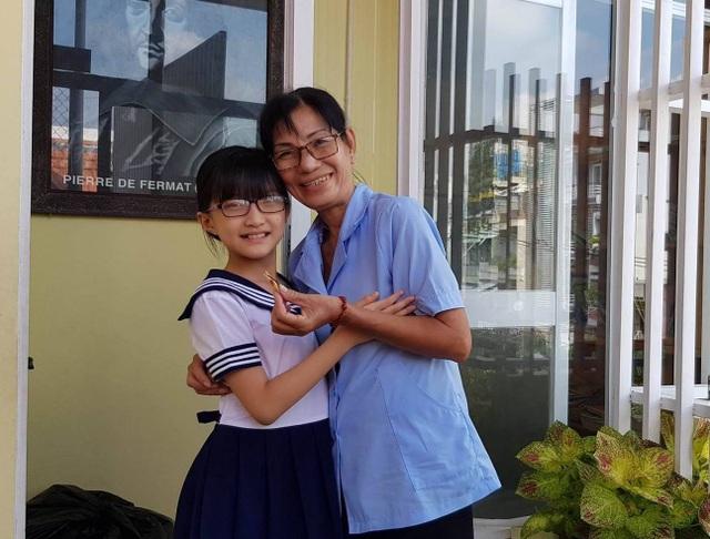 Học trò của thầy Sơn tặng kẹo cho cô lao công vào ngày thứ 6 cuối tuần - ngày cảm ơn