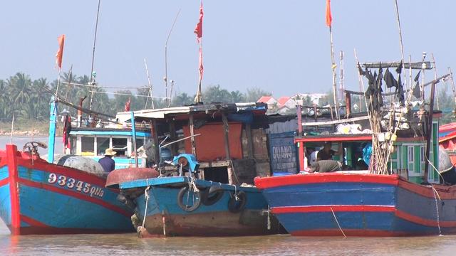 Nhiều tàu cá ngư dân phải nằm bờ ở khu vực biển Cửa Đại, TP Hội An