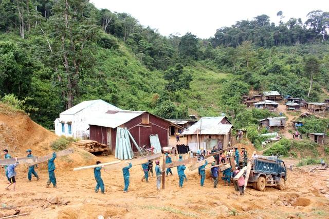 70 chiến sĩ bộ đội dân, quân giúp dân di dời nhà cửa